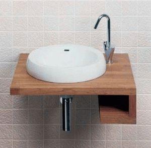 Небольшая раковина в ванной комнате