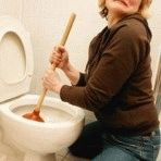 Выбираем наиболее эффективные методы чистки унитаза в домашних условиях