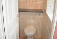 Способы как скрыть трубы в туалете разными элементами