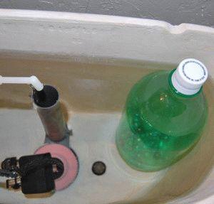 Ремонт бачка с помощью бутылки с водой