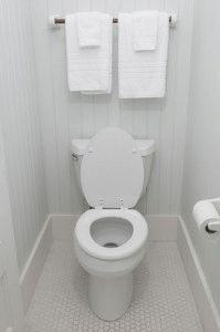 Туалетная комната с унитазом