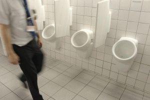 Писсуары в мужском туалете