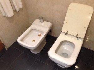 Унитаз и биде на кафеле в ванной