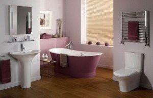 Унитаз в ванной комнате на деревянном полу