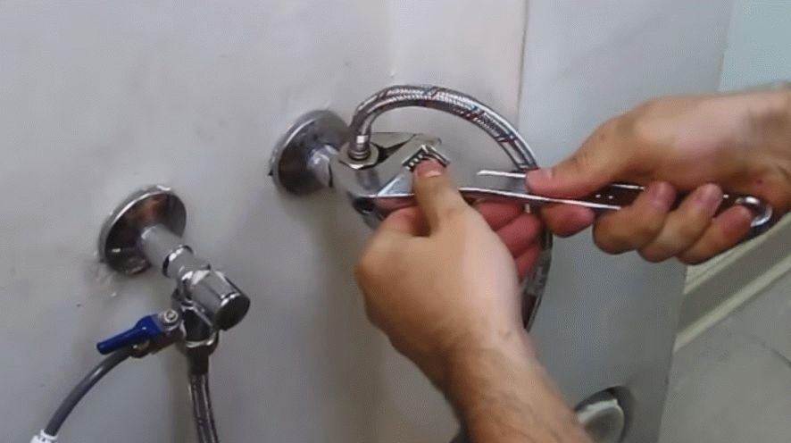 Подведение воды к душевому боксу