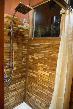 Простой душ в деревянном доме